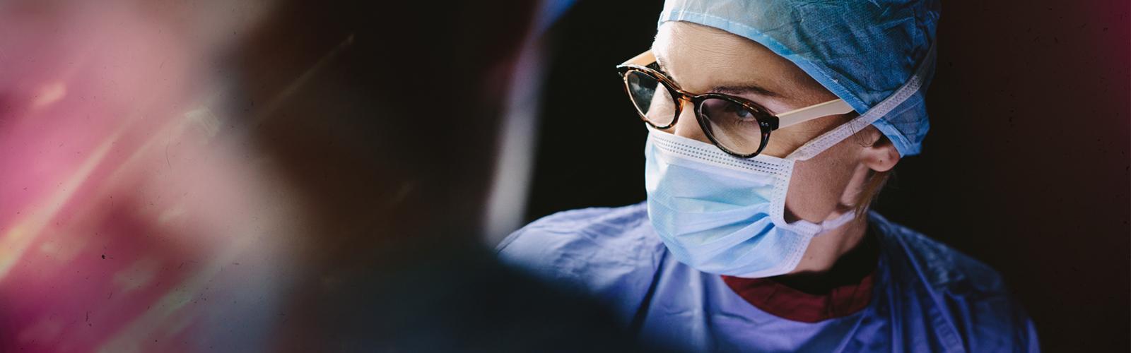 Medico in una sala operatoria