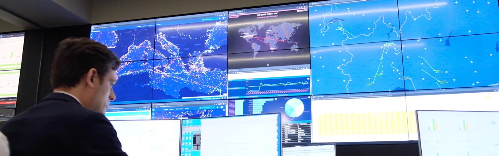Un operatore nella monitoring room del Security Operation Center di intellisync