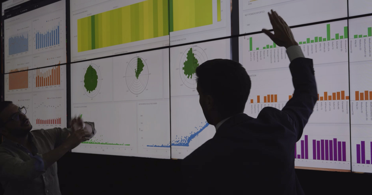 Due security specialist analizzano i dati delle dashboard del SOC - Security Operation Center