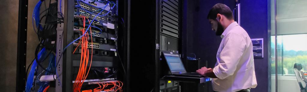 Un operatore lavora al data center di Intellisync